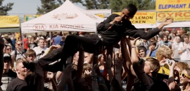 O Crowd Surfing de Mikaiah na Vans Warped tour 2010